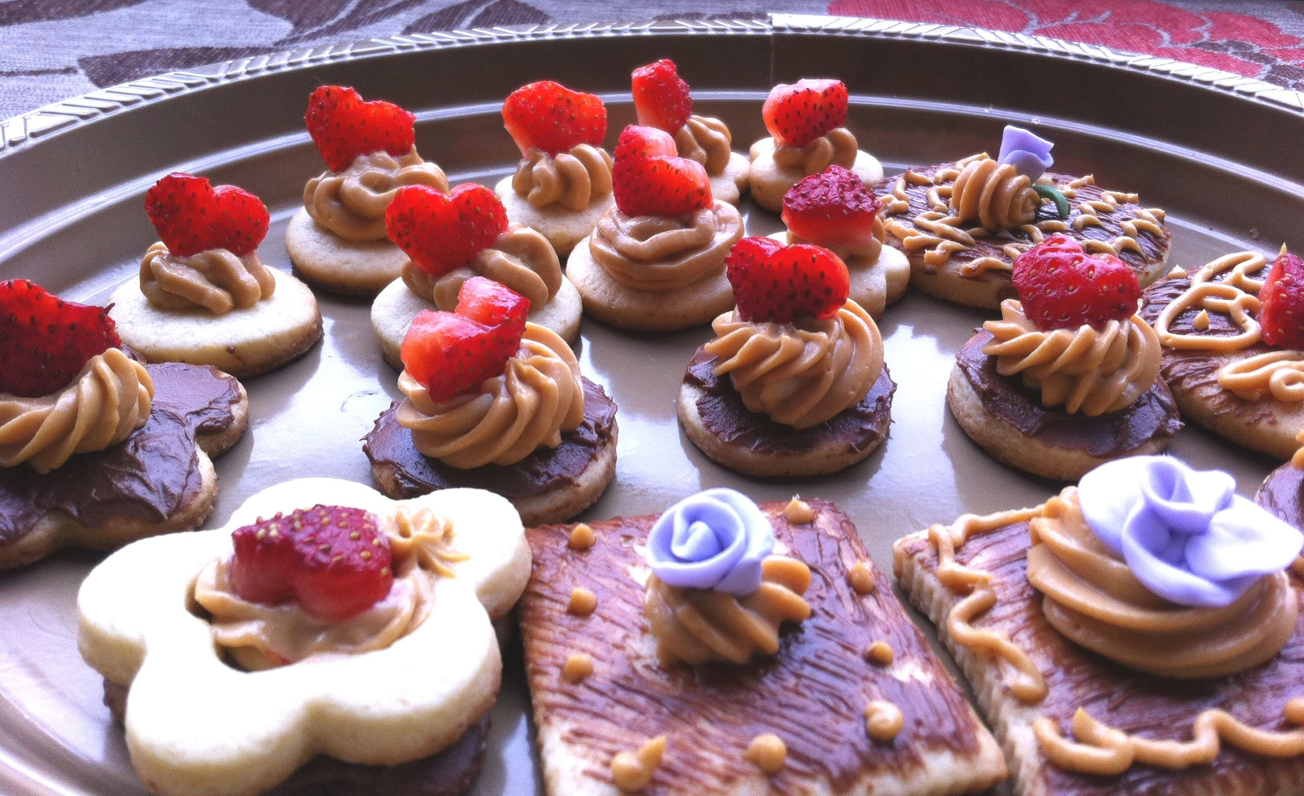 galletas de baileys bañadas en chocolate con manjar y fresas... deliciosasss