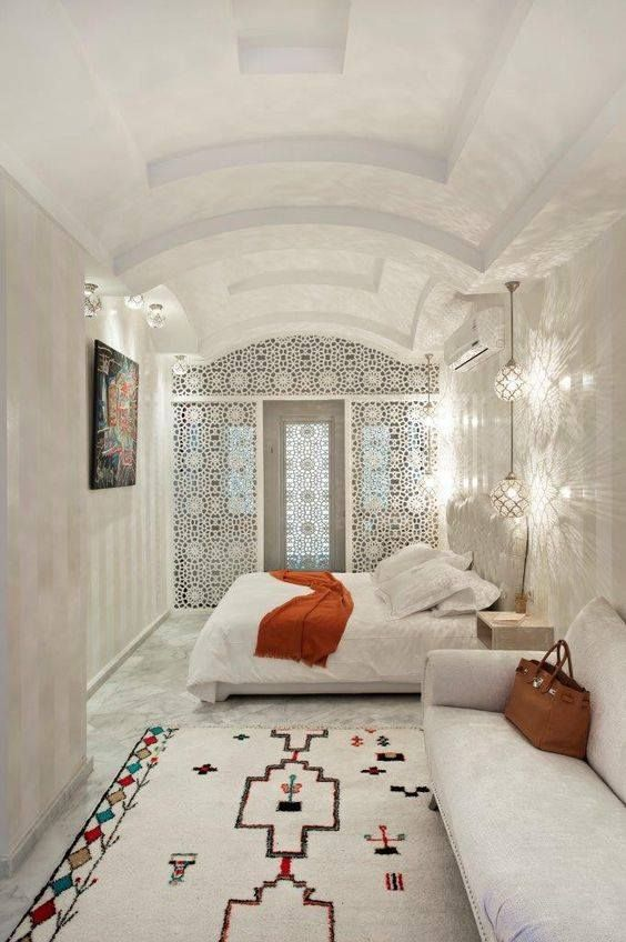 Chambre coucher blanche touche traditionnelle riad for Decoration maison normande traditionnelle