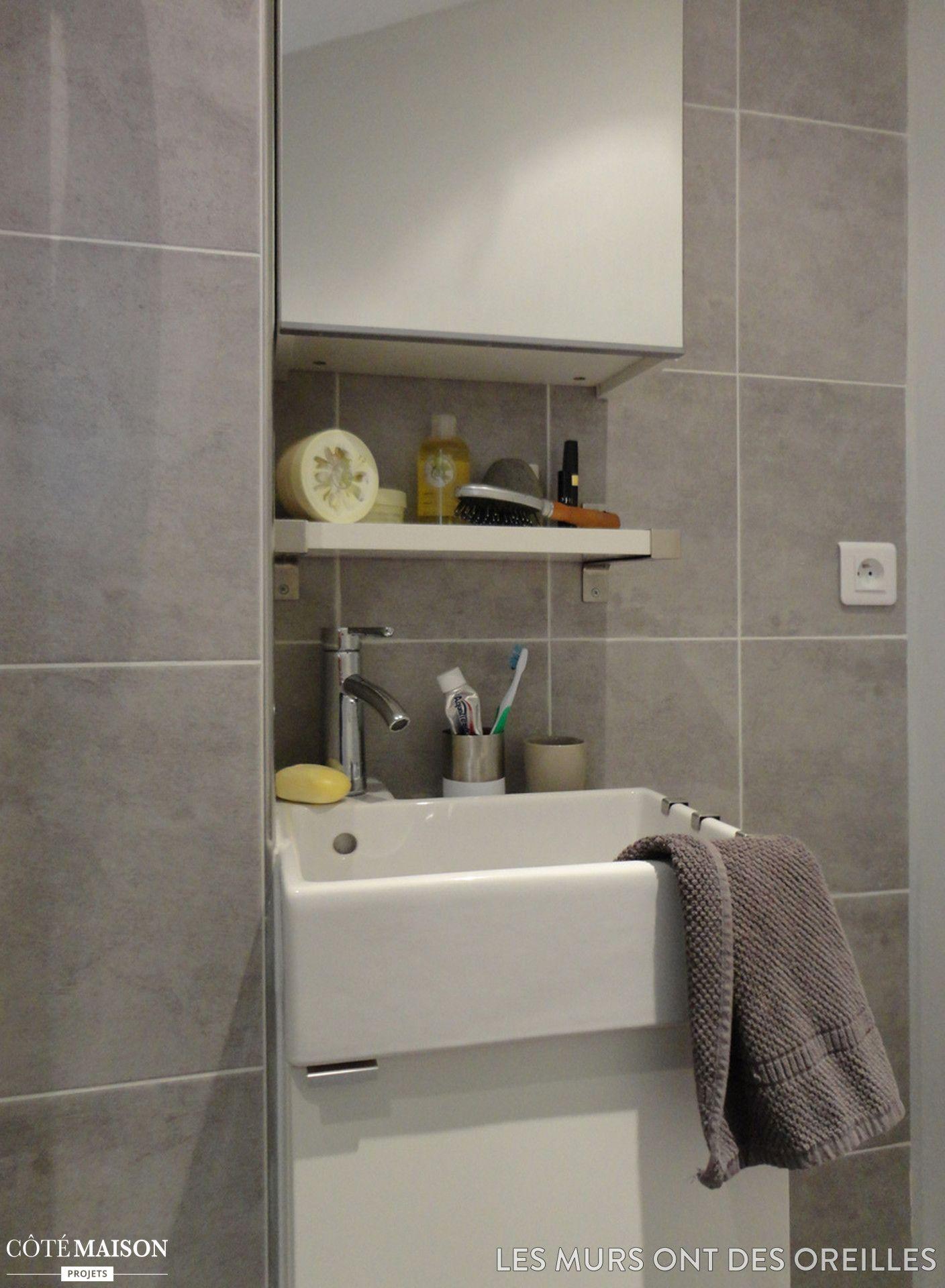 Une salle de bains moderne avec carrelage mural gris et - Meuble de salle de bain mural ...