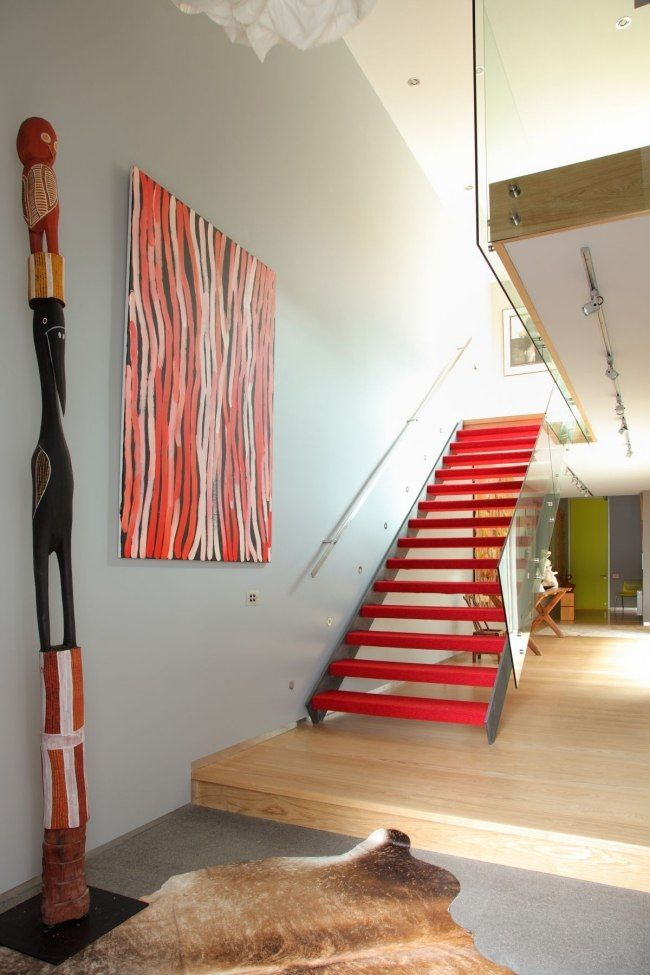 rote treppenstufen modern eyecatcher glas geländer stahl wangen - holz treppe design atmos studio