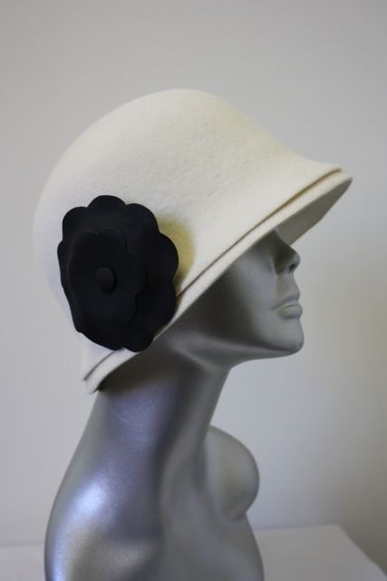 CHANEL White Wool Felt Hat Chapeaux w Removable Black