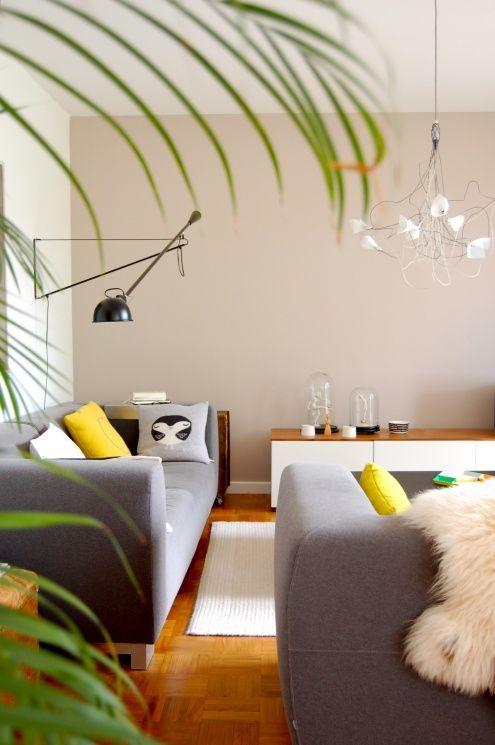 Unter Palmen, Tags Flos + Cloche + Weißer Teppich + Dekokissen + - teppich wohnzimmer grau