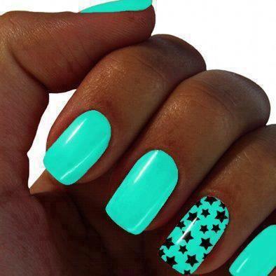 uñas decoradas de moda , color turquesa neos con estrellas negras. ♯NailsFashion