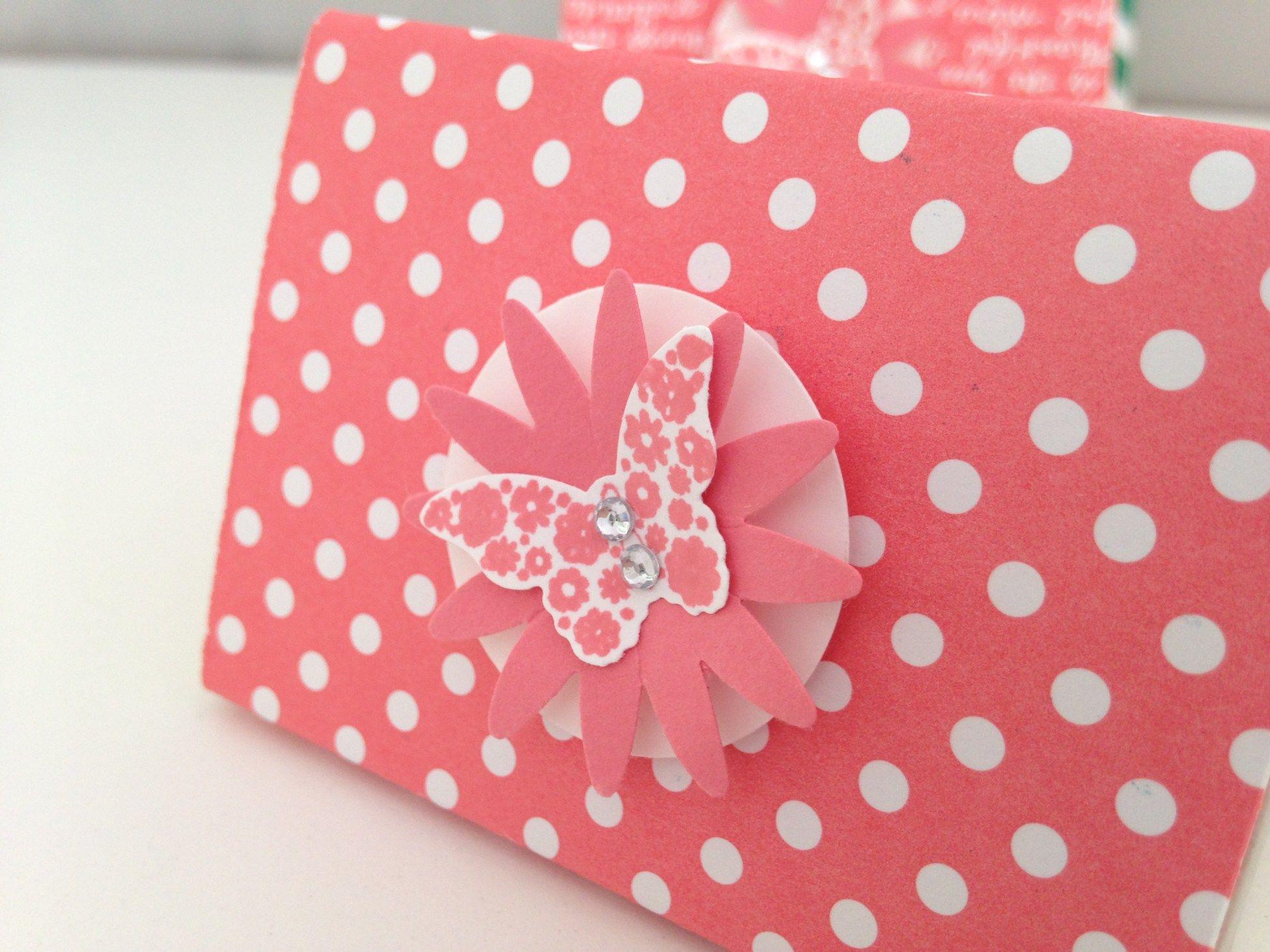 Coucou, Aujourd'hui je vous montre un ptit cadeau rapide et facile à faire grâce à l'insta-pochette Ce petit contenant peut être garni de chocolats ou de bonbons D'ailleurs je l&r…