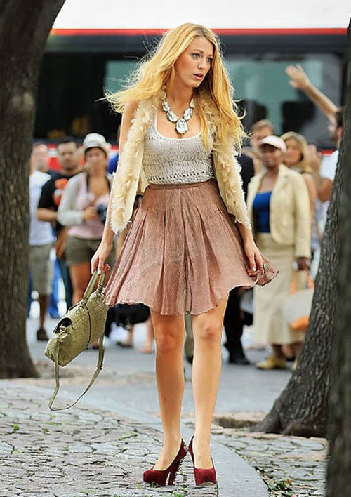 "Blake Lively looked fabulous on the set of Gossip Girl while shooting ""The Big Sleep No More""."