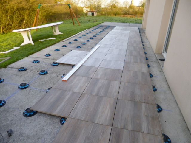 Terrasse carrelage sur plot terrasses pinterest for Pose carrelage exterieur sur carrelage existant