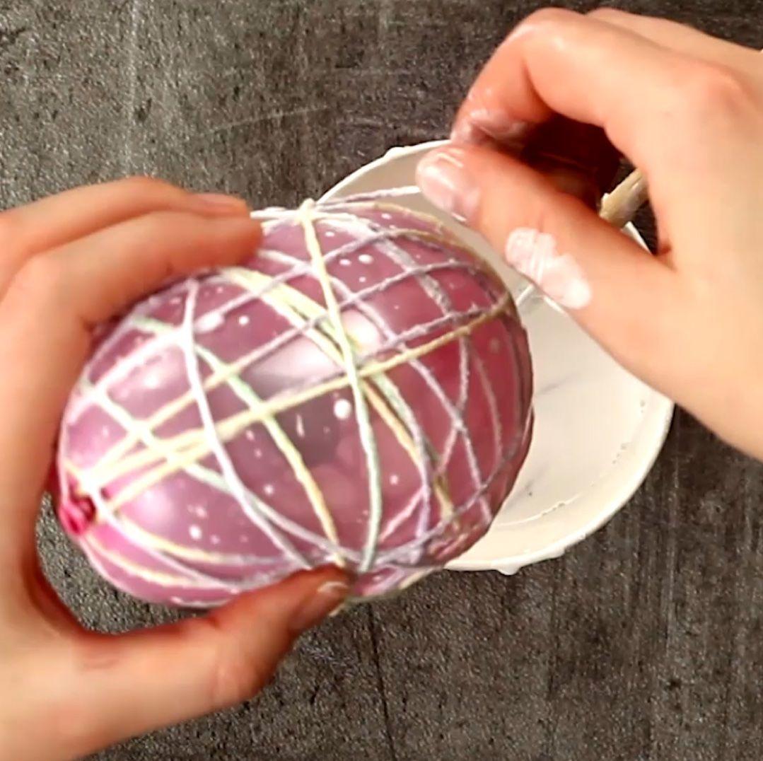 Mit Luftballon, Bindfaden und Gabel wird ein Osternest gezaubert.