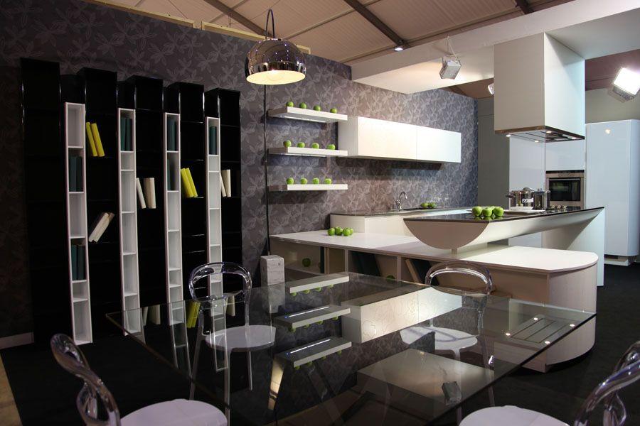 Soggiorno/cucina, bianco,nero,grigio e una meravigliosa ...