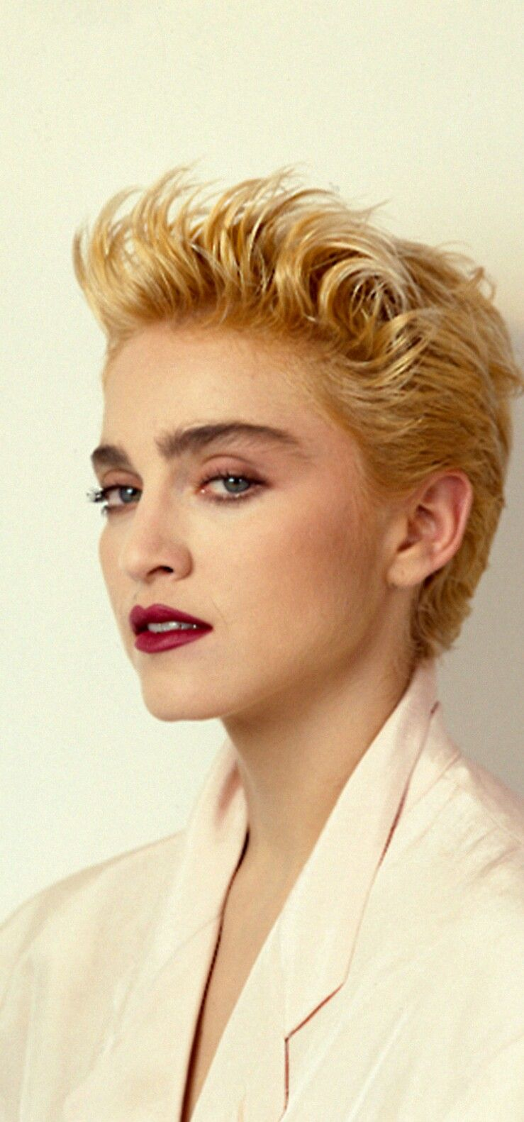 (I'm scared to cut my own hair this short, but she looks so cool. I'm willing to try a wig.)