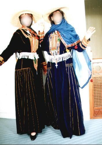 traditional dress in saudi arabia Despite popular belief traditional dresses of saudi arabia were not all black and white tribeswomen outfits are colorful and rich in embroidery, embellishments and design the design varies from region to region saudiarabesquecom | see more ideas about saudi arabia, allah and arab women.