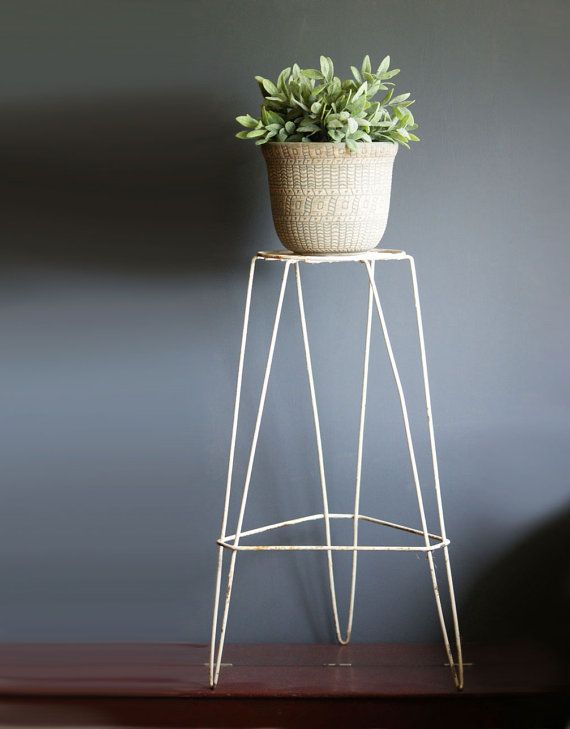 Wire plant stand from the 1950s or 60s. Retro design for home or garden. Measures: approx. 24 x 14. Condition: Normal aging/wear/minor