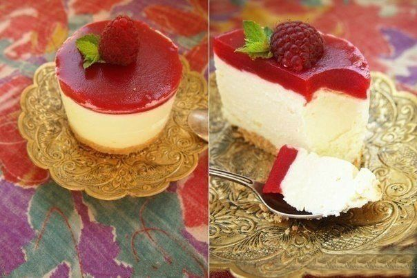Cottage cheese cake with raspberry jelly.