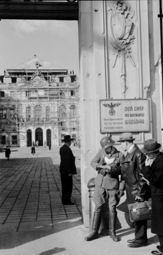 https://flic.kr/p/g8UE3J | Pologne, Varsovie, Un Feldgendarme regarde les papiers d'un civil