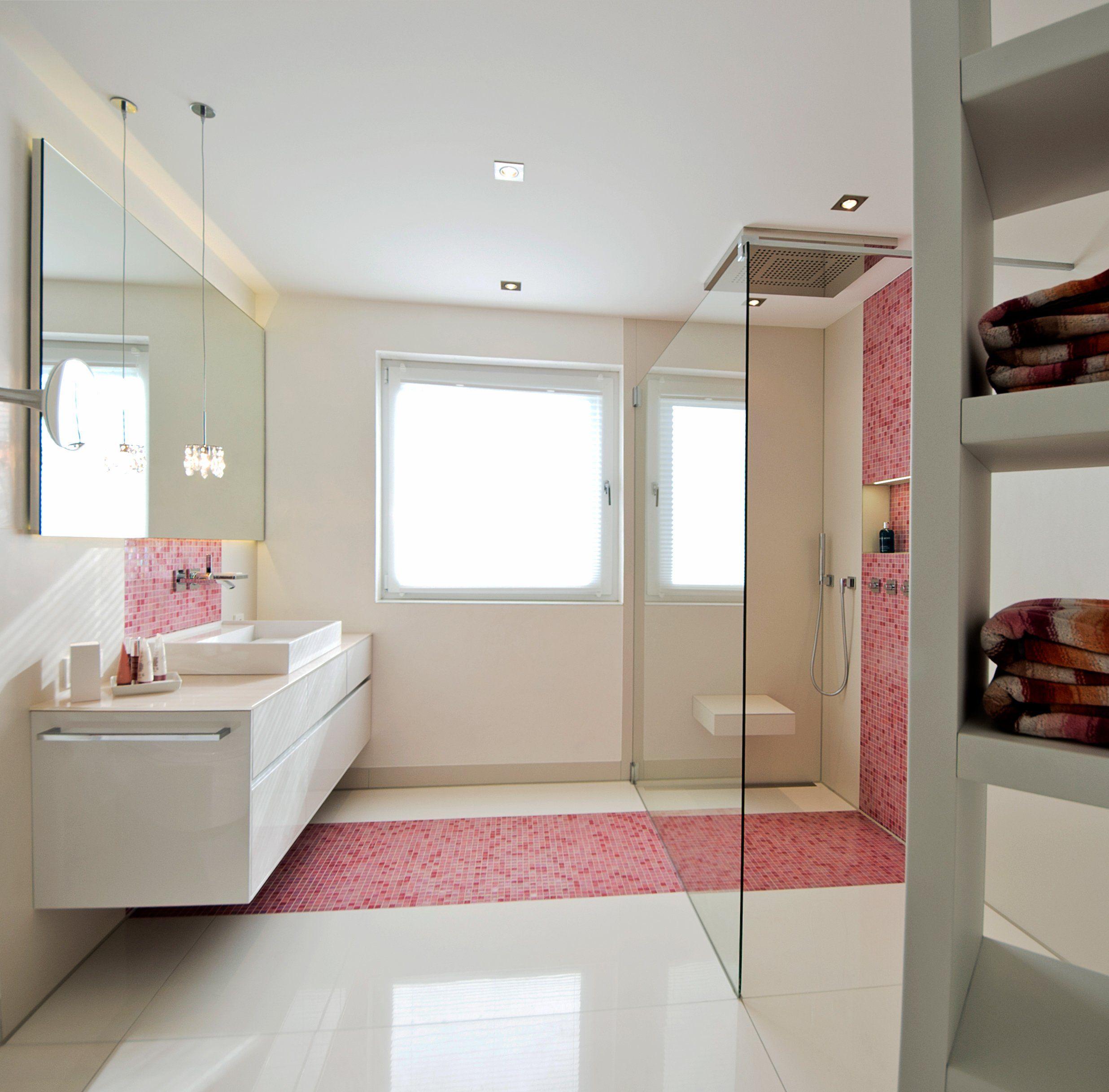 Walk-In-Dusche mit Sitz und rosa Mosaikstreifen   Badlösung ...