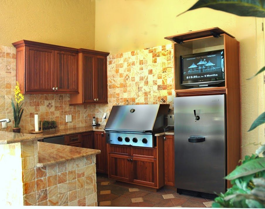 Outdoor kitchen with tv cabinet by Da Vinci Cabinetry in Naples, FL ...