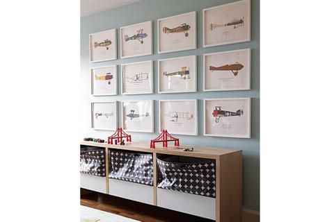 Ideas y consejos para decorar una pared con cuadros  Igual tamaño y marco, una colección de aviones viste la pared (Pinterest)
