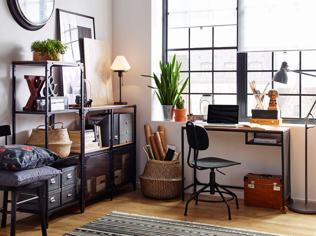 espace de travail blanc avec plancher en bois et bureau et tag res de style industriel en m tal. Black Bedroom Furniture Sets. Home Design Ideas