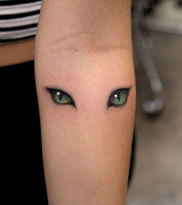 Un tatouage yeux de chats