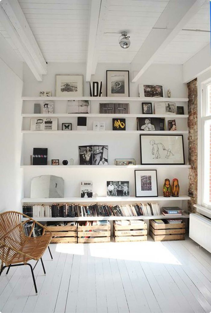 Black and white photos on white picture ledges wohnzimmer