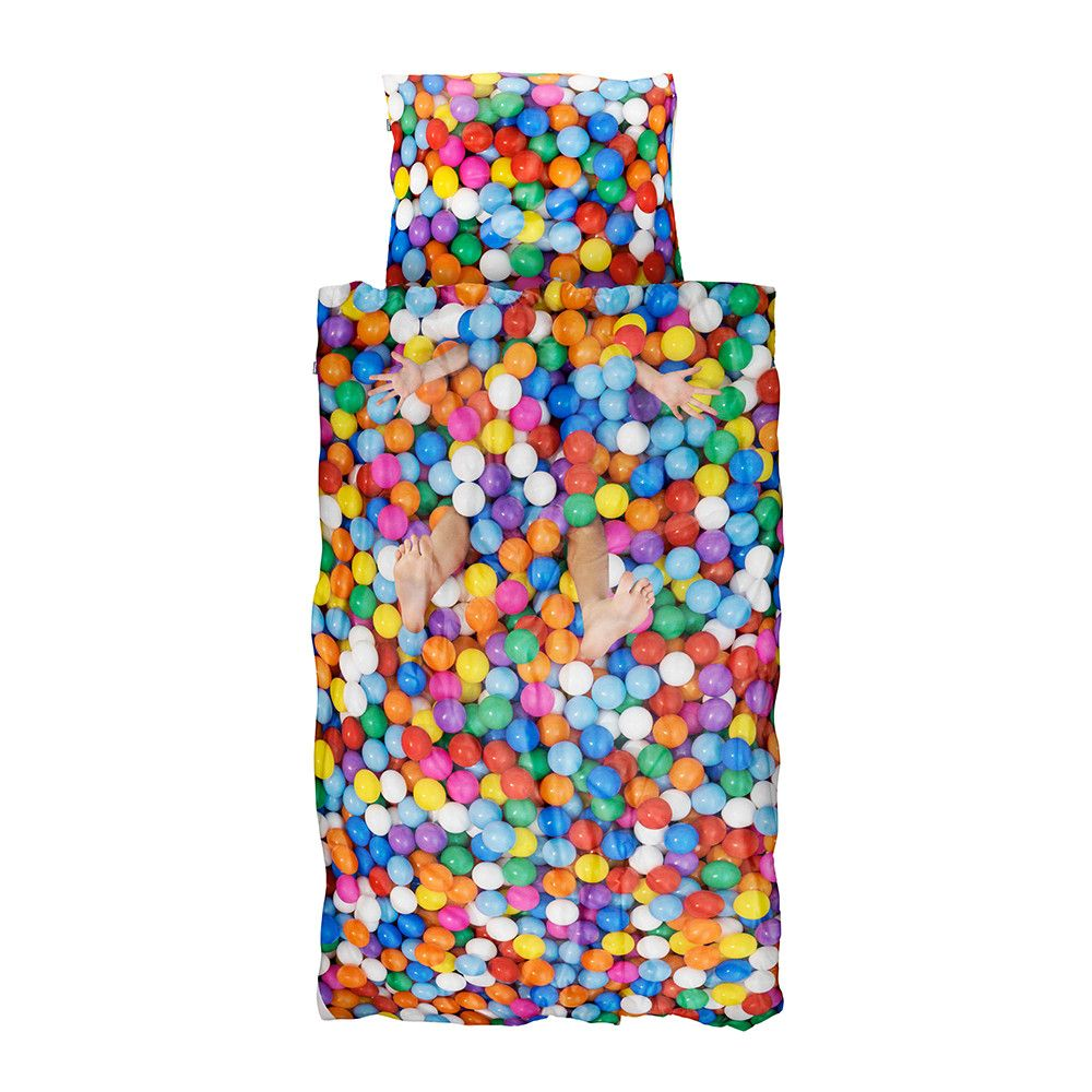 Brighten up your child's room and bedtime with this colourful Ball Pit single duvet set from Snurk. The high-definition photographic print creates the illusion of a real-life 3D ball pit and will e...