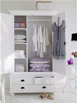 wei er kleiderschrank dieser kleiderschrank aus wei gestrichenem kiefernholz bietet die. Black Bedroom Furniture Sets. Home Design Ideas