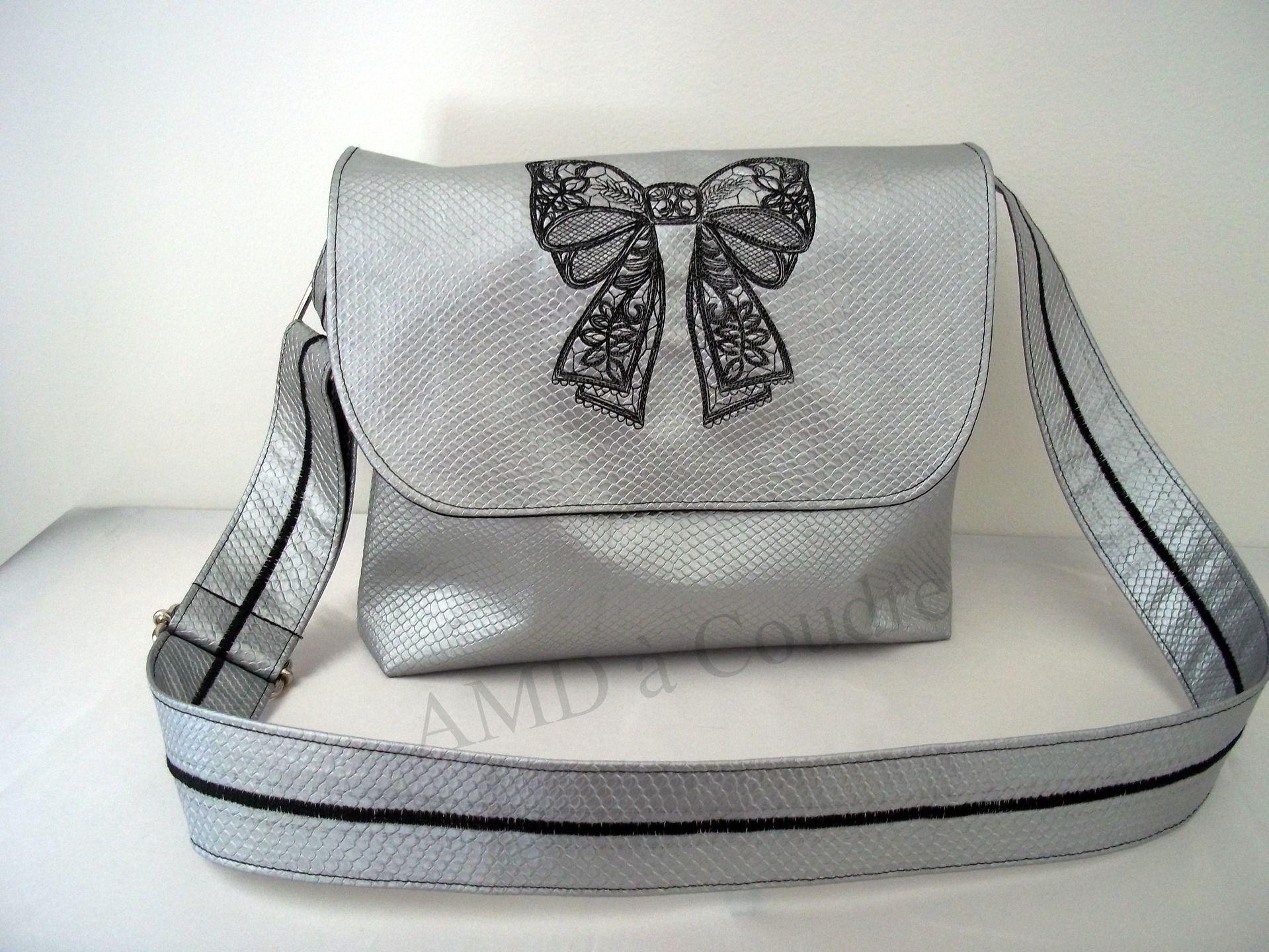 création sac besace en bandoulière, simili cuir argenté broderie noeud, création amd a coudre : Sacs bandoulière par amd-a-coudre