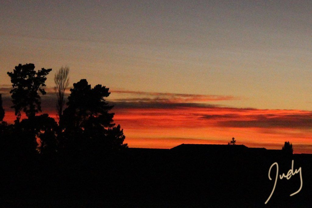 Now thats the way to start the long weekend. Its #GoodFriday and look at that #sunrise. #GoodMorning #NewZealand