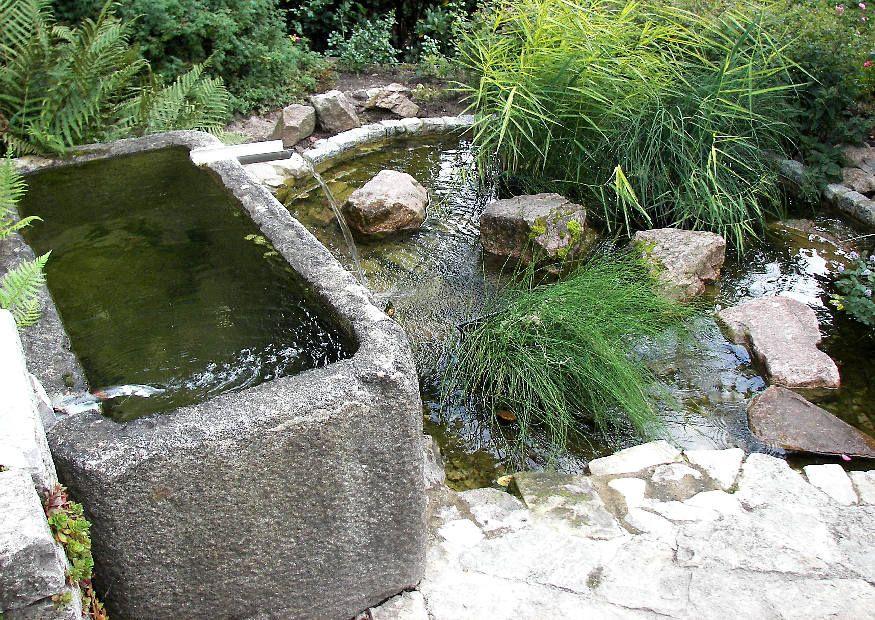 Ein kleiner Wassergarten kleine Wassergärten, Wassergarten und - sitzplatz im garten mit steinmauer