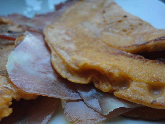 Crepes de salmorejo rellenos de jamón
