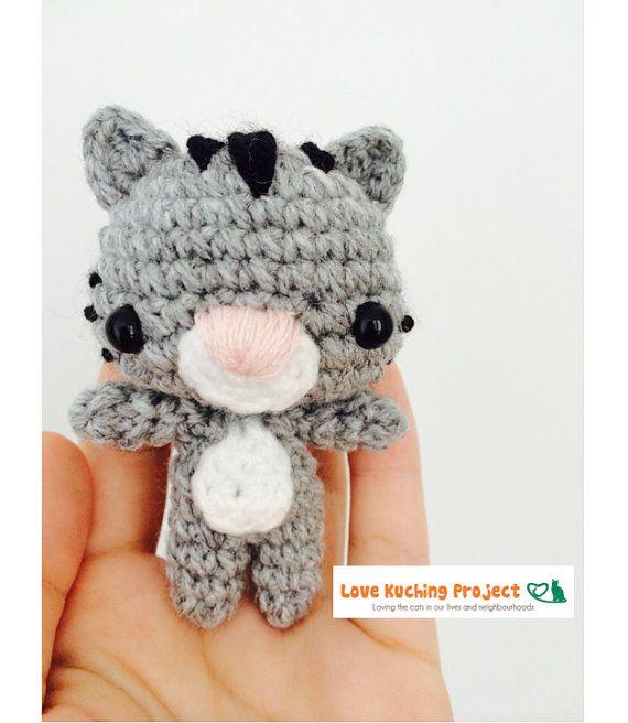 He encontrado este interesante anuncio de Etsy en https://www.etsy.com/es/listing/200663091/crochet-cat-keychain-amigurumi-for-love
