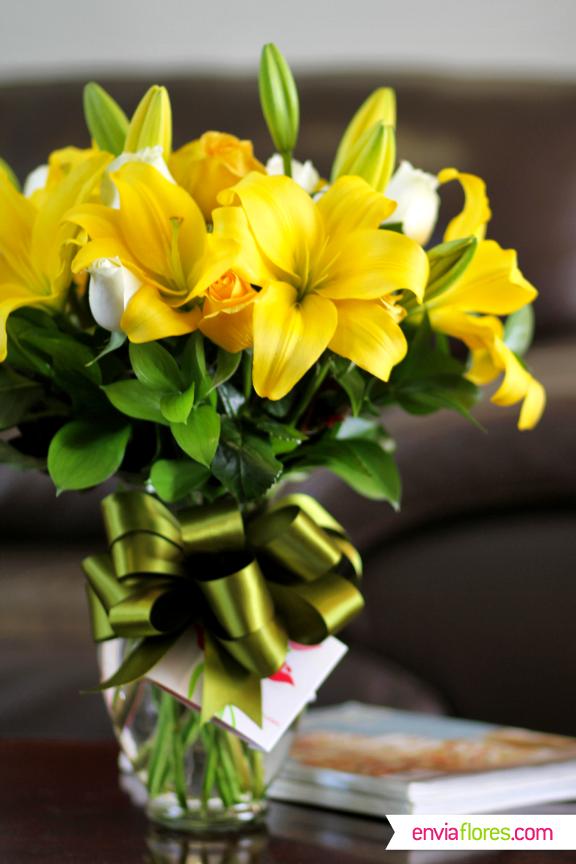 Increíble arreglo de Lilys Amarillas y Rosas Blancas, ideal como regalo para toda ocasión. #EnviaFlores #Lilys #Flores #ArregloFloral #Regalo