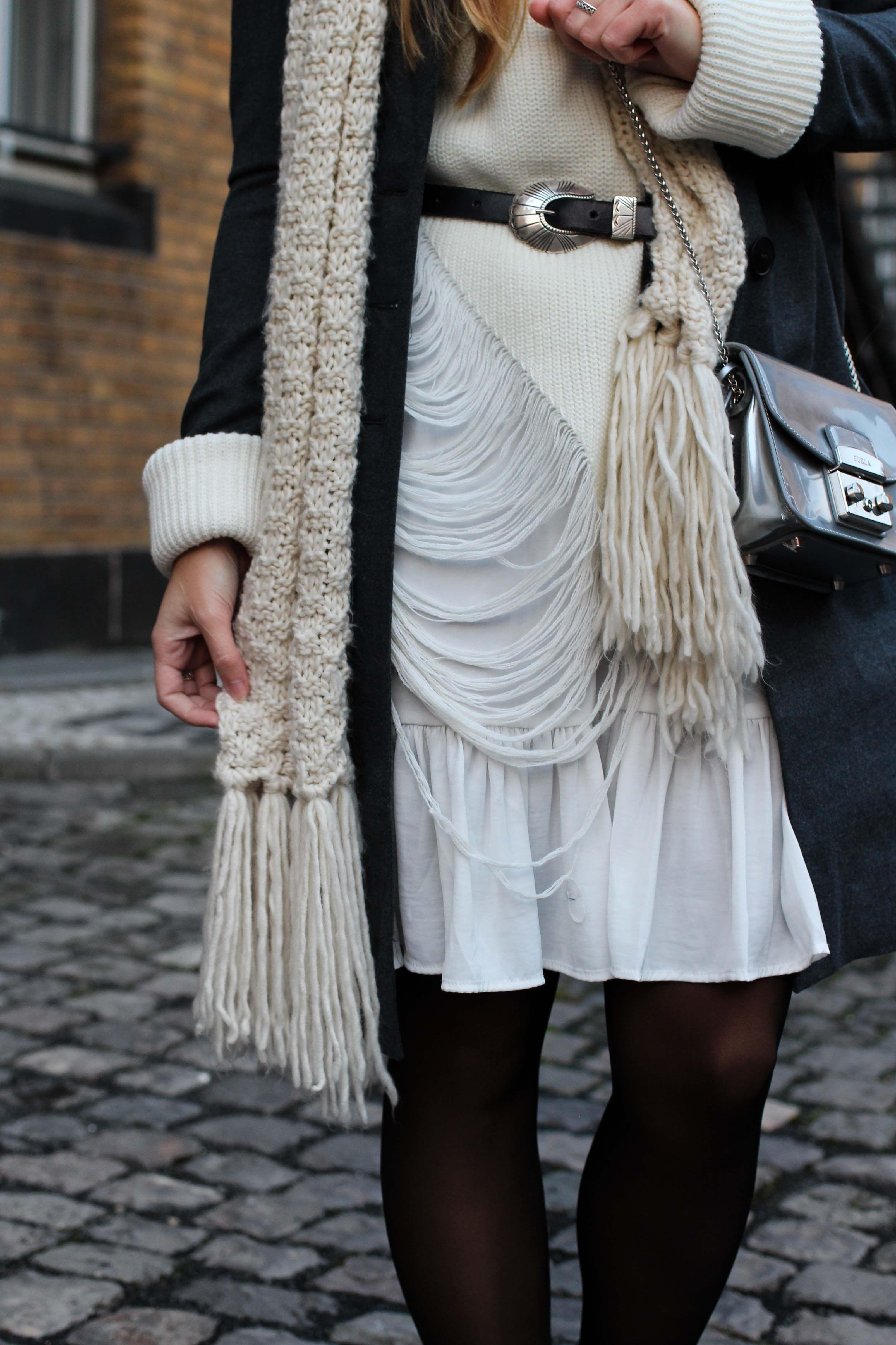 Winter Layering mit weißem Kleid, Ripped Pullover