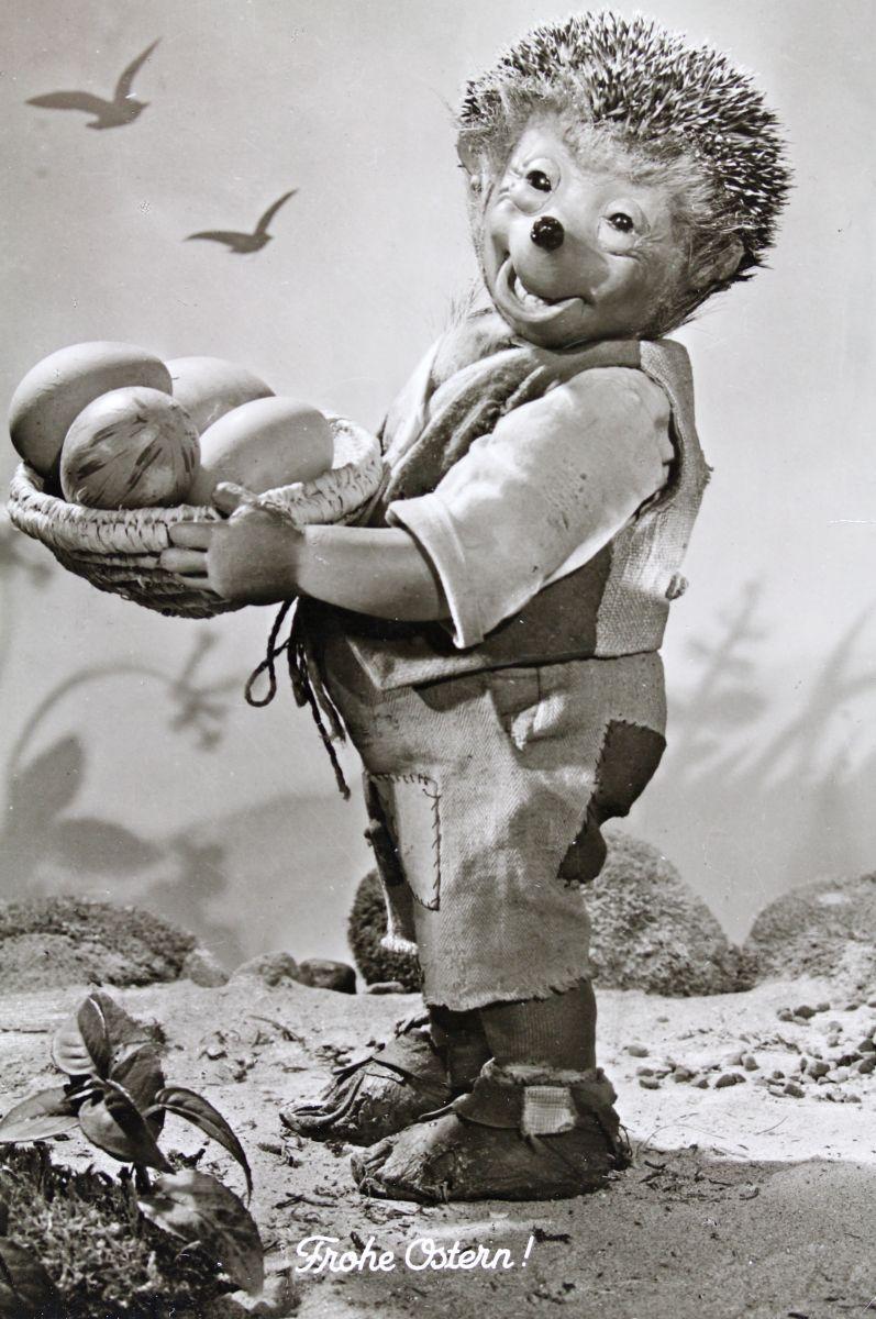 """""""Frohe Ostern"""", Mecki mit einem Korb von Ostereiern. Um 1960. Photographie"""