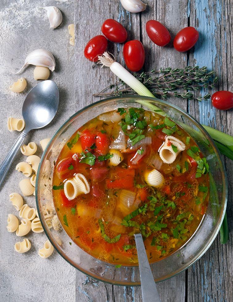 Soupe aux tomates, au poivron rouge et au basilic | Recette | Soupe tomate, Aliments naturels ...