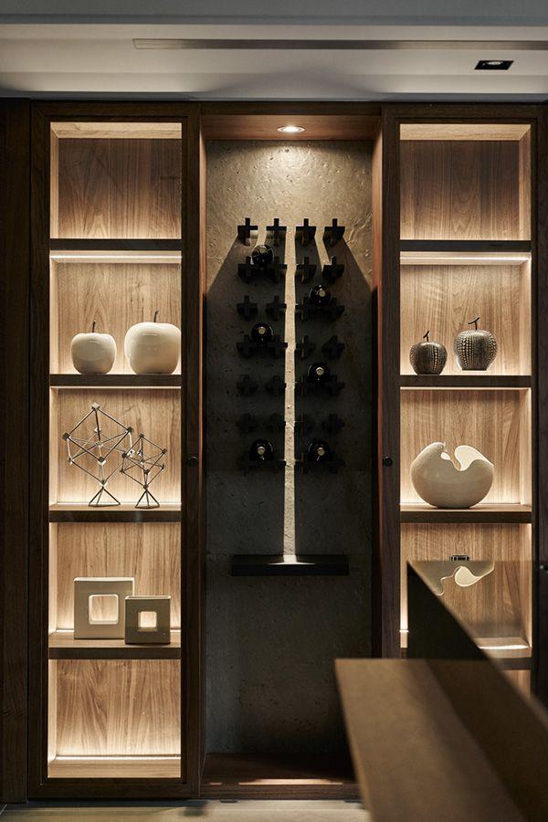 Luz. La exposición de vinos es en conjunto a otros objetos ...
