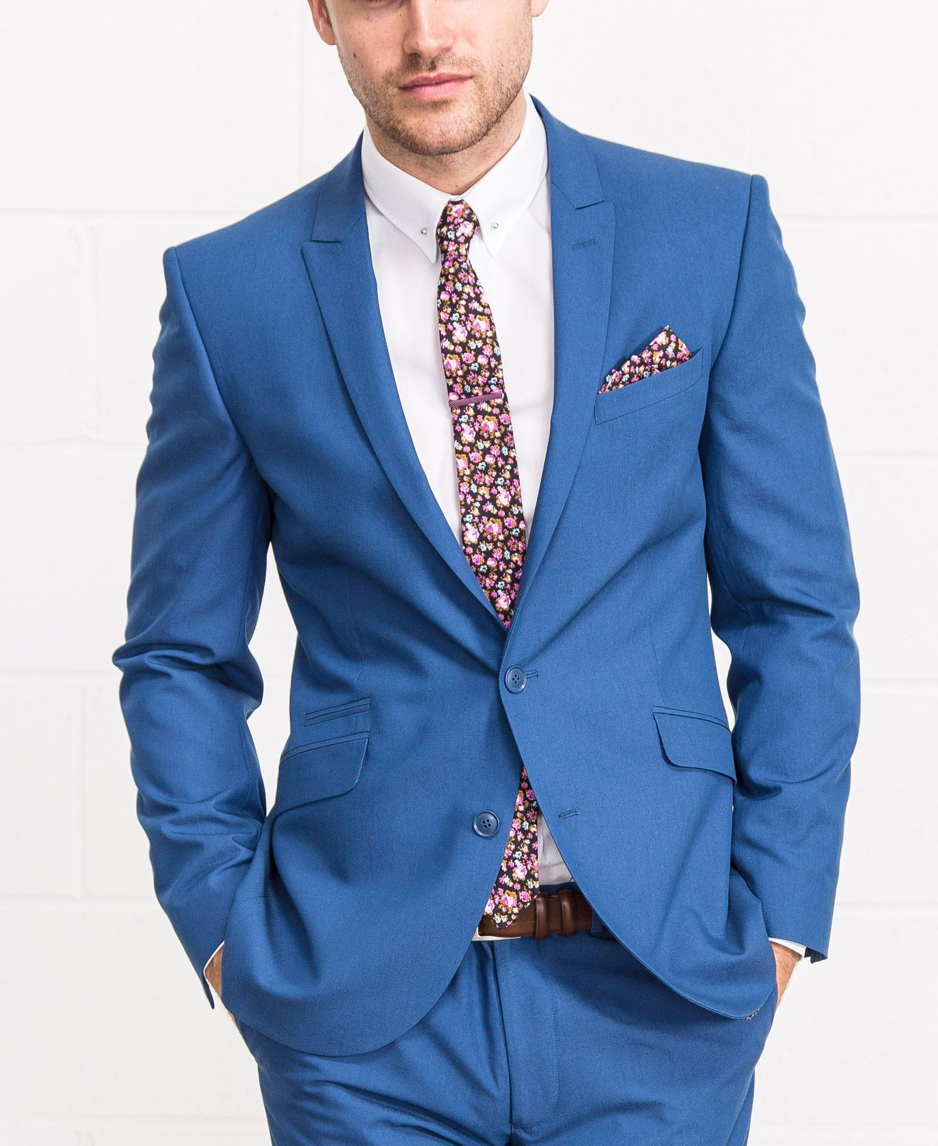 Blue suit with a floral touch in the tie and pocket square // ideal ...