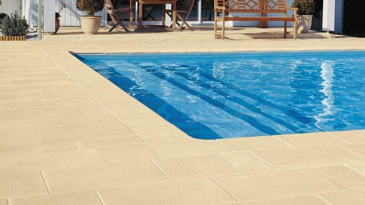 dallage piscine en pierre naturelle en 25 propositions tendance dallage dallage piscine et. Black Bedroom Furniture Sets. Home Design Ideas