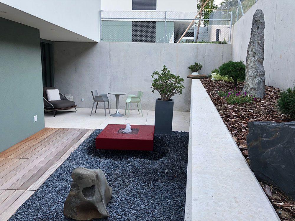 Gekonntes Farbspiel Mit Dem Alumento Designerbrunnen Im Innenhof