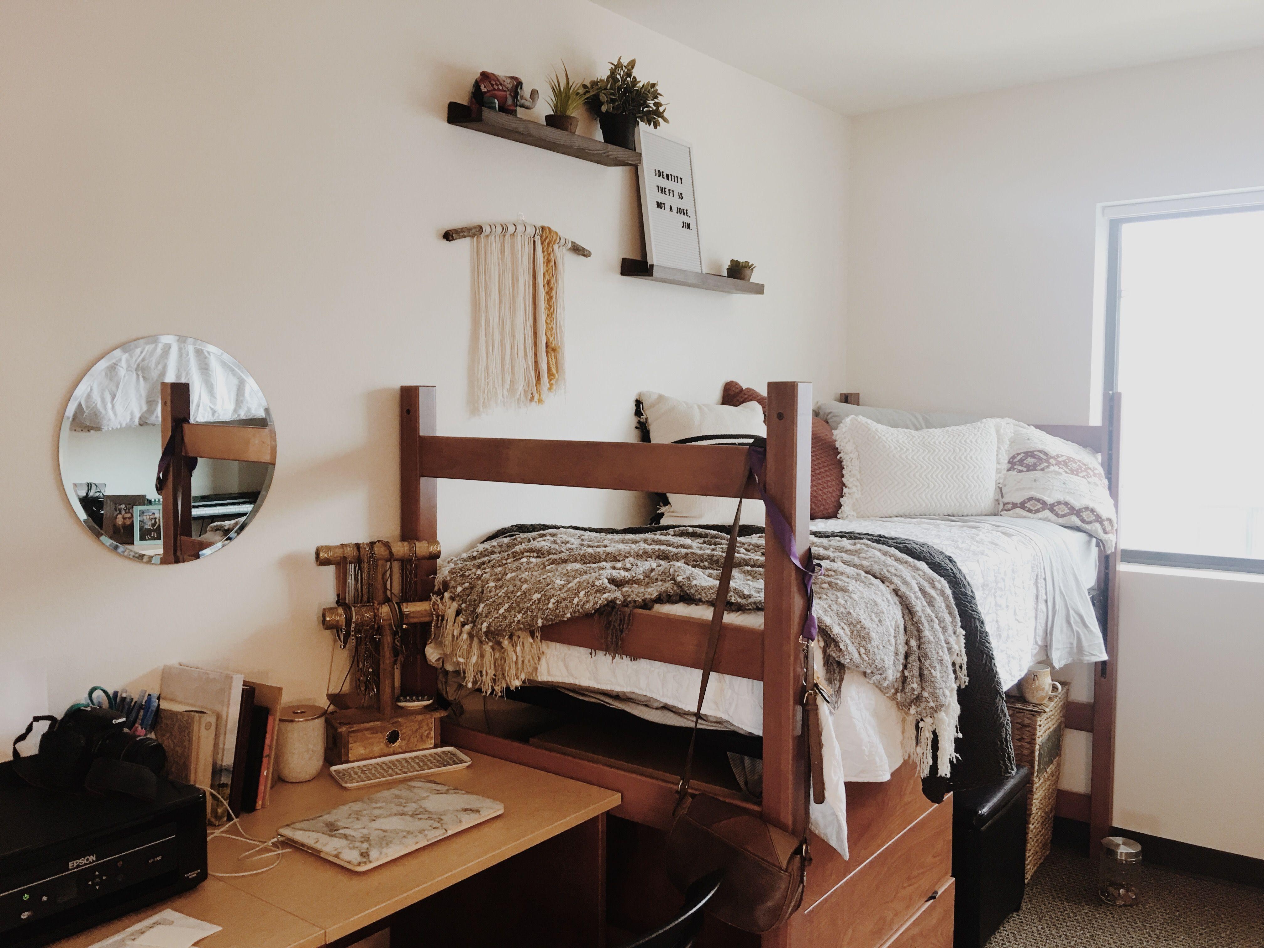 Dorm room | @hann.elaine | College apartment decor ...