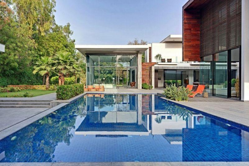 Maison design de luxe avec piscine extérieure à débordement