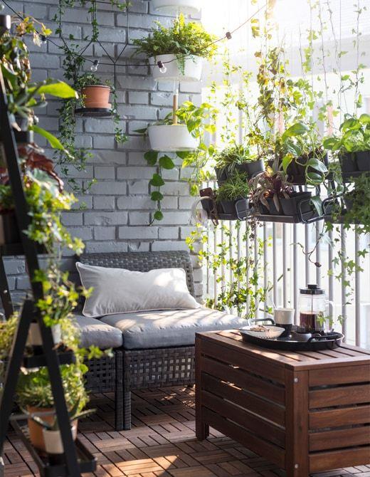 Créez un écran de verdure sur votre balcon utilisez quelques jardinières suspendues comme ikea bittergurka en acier blanc avec barre en bambou