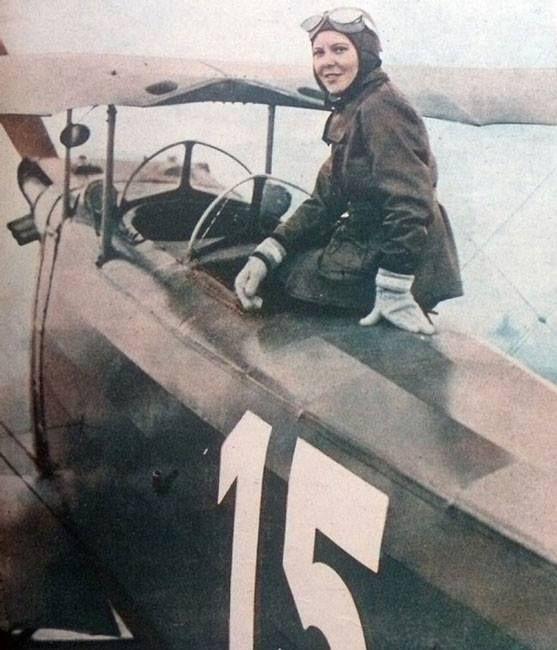 La turca Sabiha Gökçen sobre su avión después de convertirse en la primera mujer piloto de combate. 1937.