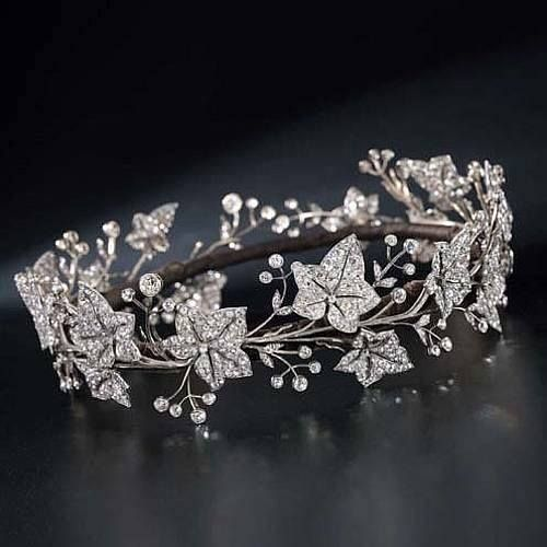 Diamond Tiara, by Garrard & Co Circa 1900. The principle Ivy leaves are even detachable and can be worn as a brooch! Who else is in love with this piece!