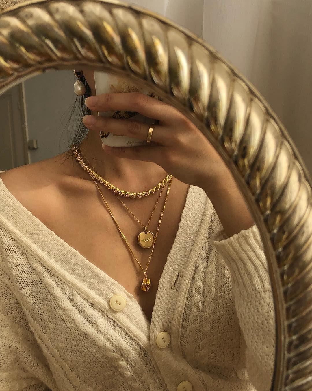 """Photo of Hegia de Boer no Instagram: """"Cardigã creme e jóias de ouro (além de algumas pérolas também) são o meu favorito – qual é a sua? . Colares superior e inferior: @ cincostore… """""""
