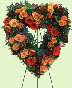 blumengesteck herz mit rosen zum stellen blumenschmuck in der kirche bei der hochzeit s. Black Bedroom Furniture Sets. Home Design Ideas