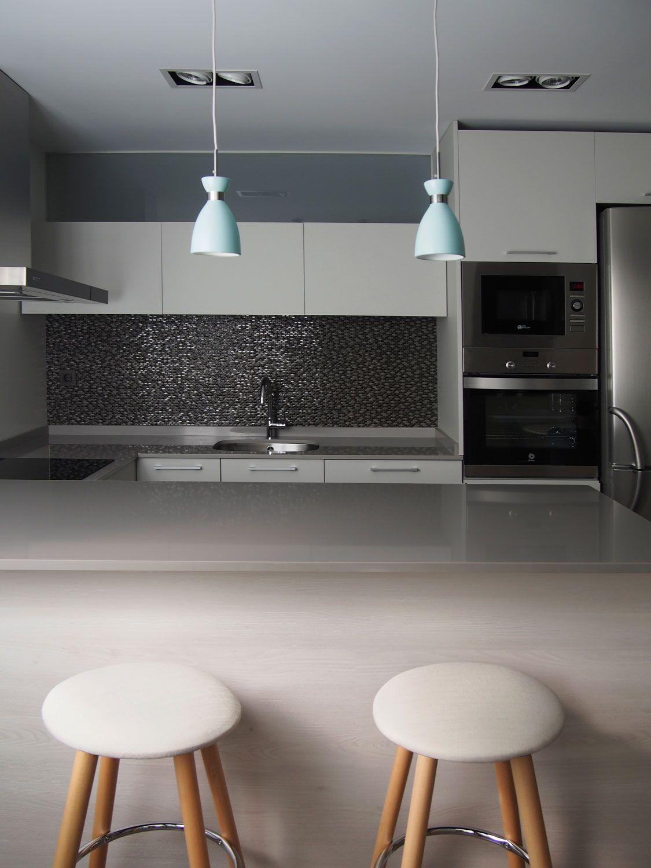 Cocina moderna. Encimera en cuarzo compacto. Lámparas vintage lacadas en azul. Revestimiento porcelánico. Fijo superior en cristal traslúcido. Proyecto diseñado y desarrollado por AZ diseño.