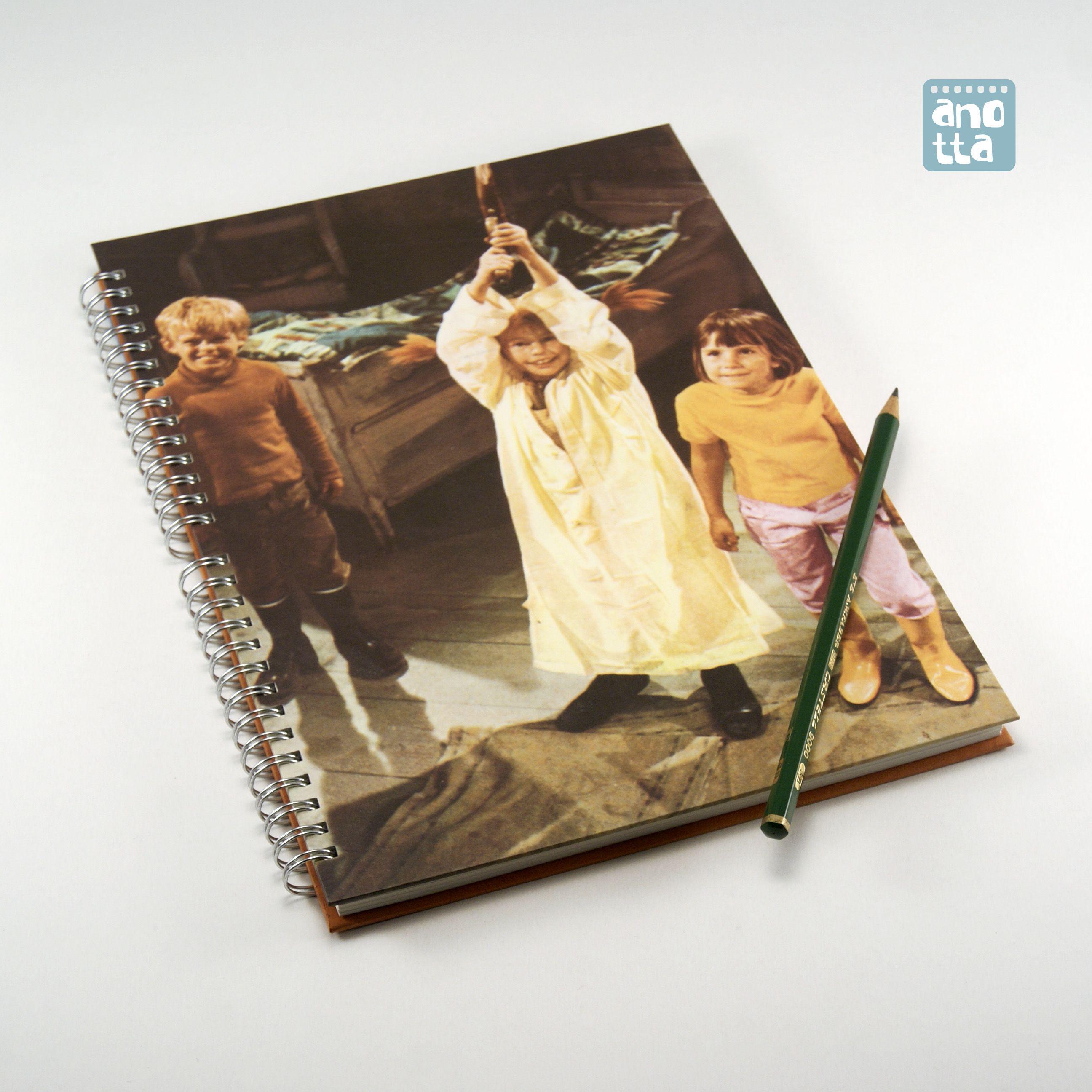 Libreta hecha a mano reciclando una página de un viejo ejemplar de un libro de los años 70 sobre la serie de TV «Pippi Calzaslargas».