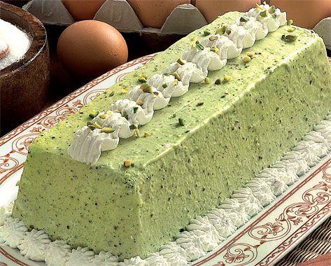 ingredienti 200 g di pistacchi 3 tuorli 120 g di zucchero 500 ml di panna da montare PREPARAZIONE Sgusciate i pistacchi e pestateli un m...