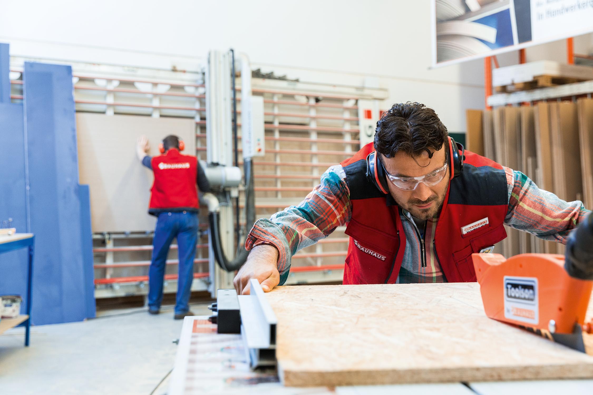 Perfekt Zugeschnitten Holz Schneiden Die Bauhaus Fachberater Euch Millimetergenau Zu Von Einer Individuellen Arbeitsplatte Oder R Holz Zuschnitt Bauhaus Bau