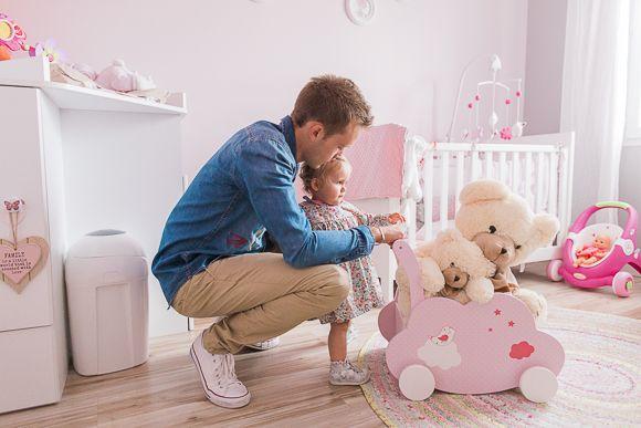 Un papa et sa fille dans la chambre bébé